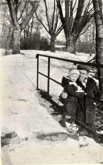 Rok ok. 1986, ulica 1 maja, odcinek od banku Pekao do ulicy Leśnej z mostkiem na..., stare zdjęcia -