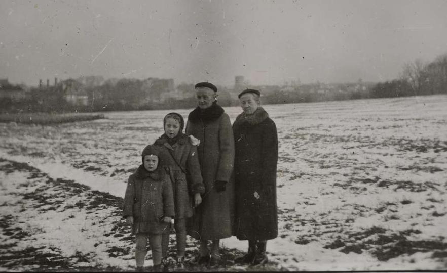 """Rok ok. 1957, osoby na zdjęciu stoją przodem do """"autostrady"""", po lewej (naszej) ..., stare zdjęcia -"""
