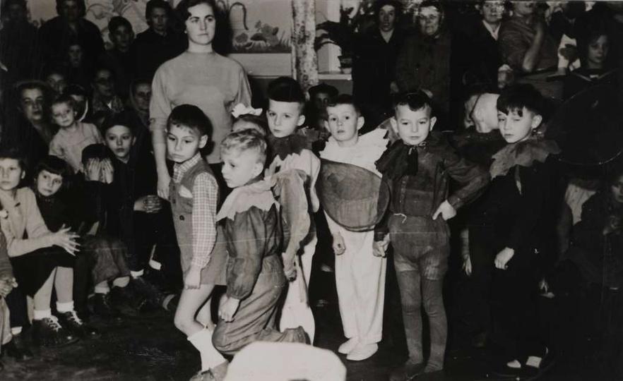 Rok ok. 1957, zabawa gwiazdkowa w przedszkolu przy ulicy Kościuszki.  Od lewej:..., stare zdjęcia -