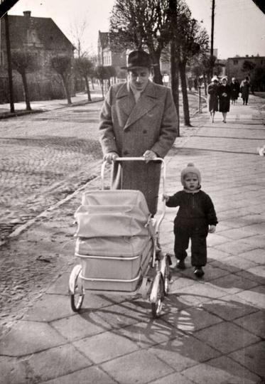 Lata sześćdziesiąte, ulica Armii Czerwonej (Kolejowa). W tyle widoczny wysoki bu..., stare zdjęcia -