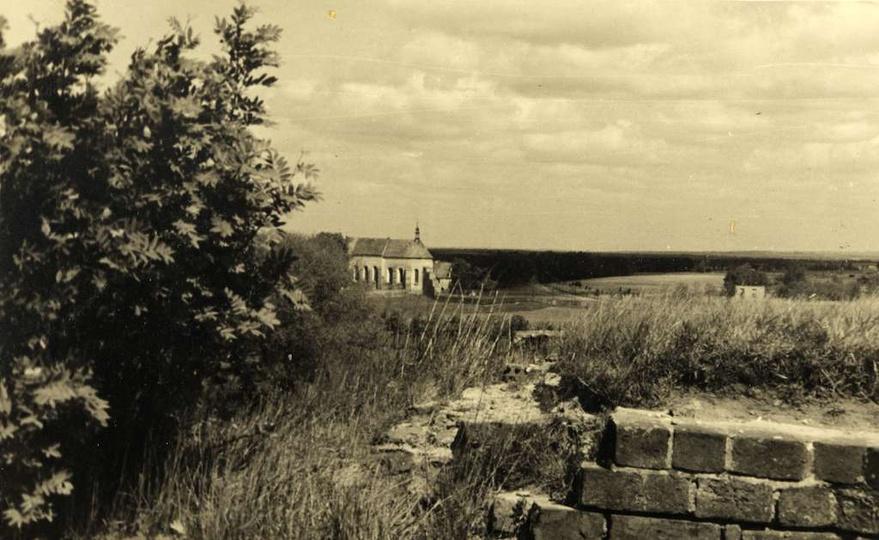 Klasztorek oglądany z zarośniętej trawą i krzakami baszty. Zdjęcie z lat czterdz... -