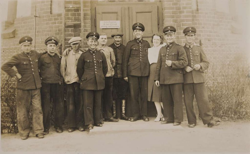 Ulica Dworcowa, lata okupacji niemieckiej. Na tle kolejowej wieży ciśnień w środ..., stare zdjęcia -