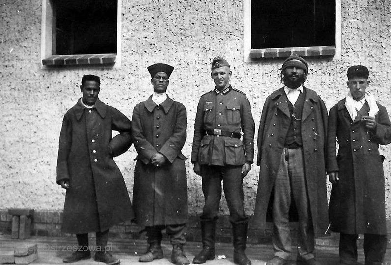 Rok 1940, francuscy jeńcy z armii kolonialnej z niemieckim strażnikiem.  Zdjęcie... -