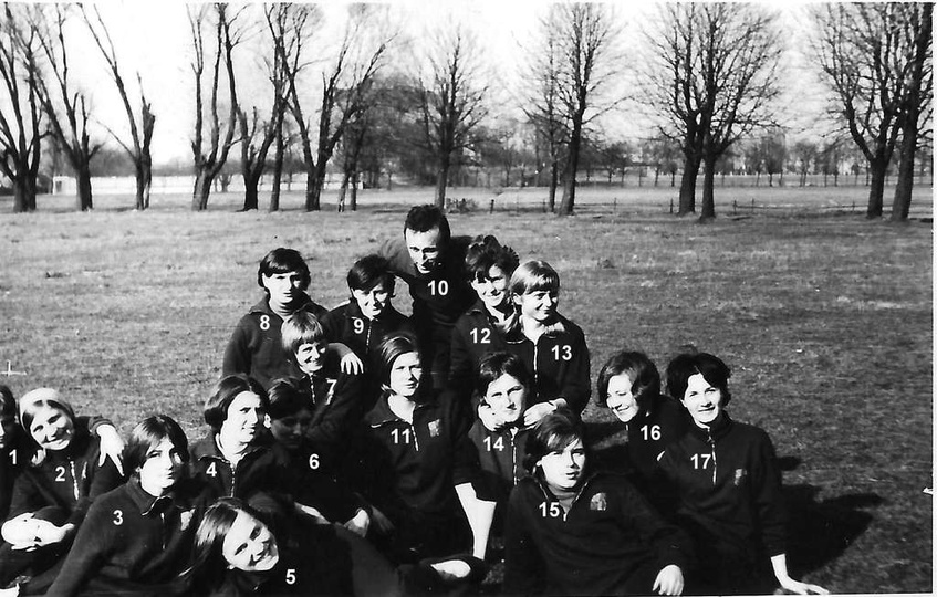 Piękne zdjęcie z 1968 roku, licealistek trenujących przed crossem. W tyle dobrze... -