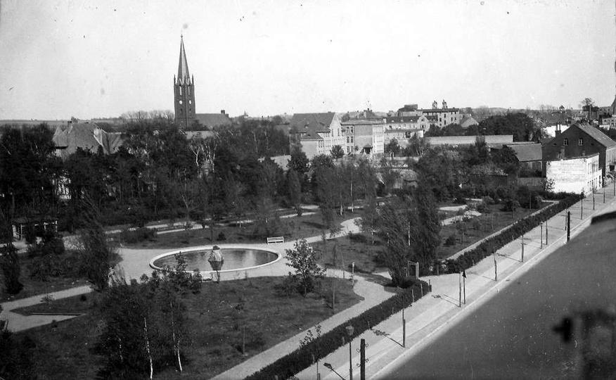 Lata trzydzieste, widok z dachu Szkoły Podstawowej nr 2 na park im. Kosynierów M..., stare zdjęcia -