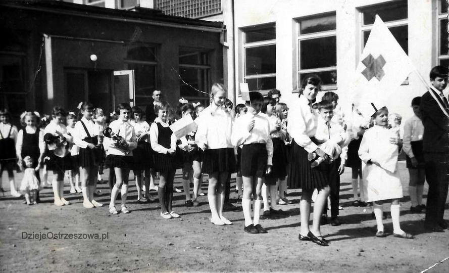 Szkoła Podstawowa nr 1. Rok 1965, uczniowie na dziedzińcu szkoły,  w oczekiwani..., stare zdjęcia -