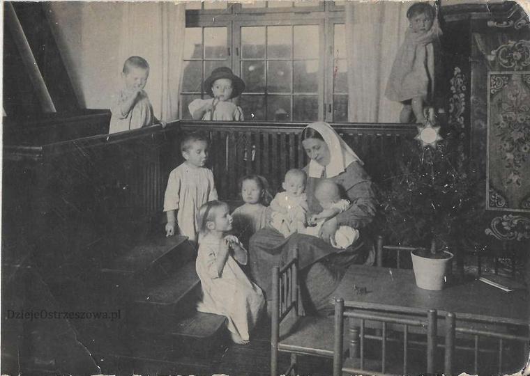 Święta Bożego Narodzenia w sierocińcu w Marszałkach. Zakonnica ewangelicka, w ch..., stare zdjęcia -