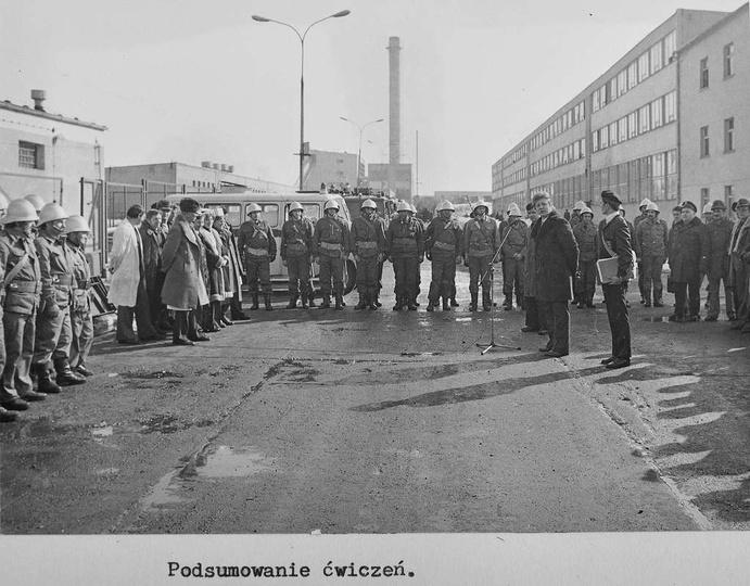 Fabryka Urządzeń Mechanicznych. Ćwiczenia pokazowe Zakładowych Oddziałów Samoob..., stare zdjęcia -