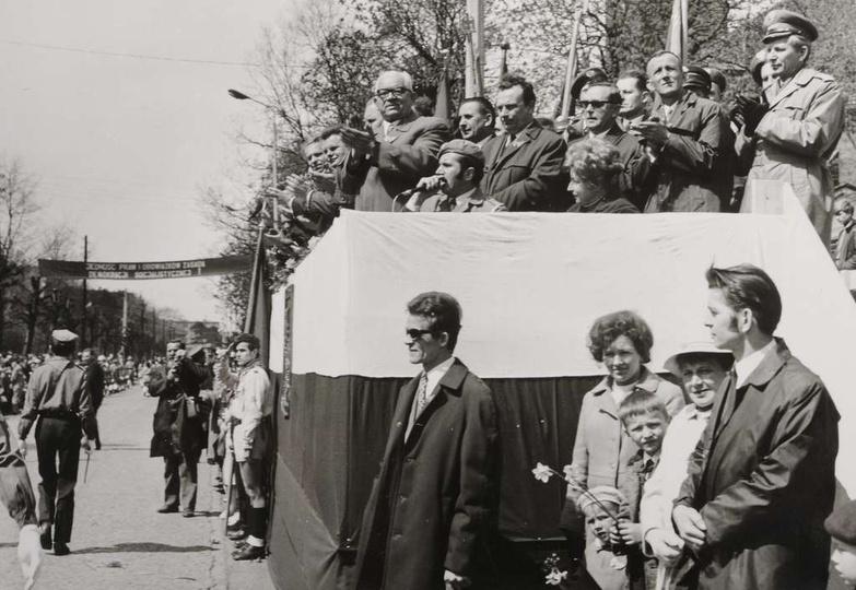1 maja, lata siedemdziesiąte, ulica Bohaterów Stalingradu (Zamkowa) i trybuna ho..., stare zdjęcia -