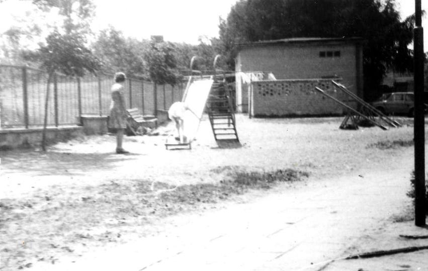 Maj 1979 rok, osiedle Nowotki (Zamkowe), plac zabaw między przedszkolem a blokie..., stare zdjęcia -
