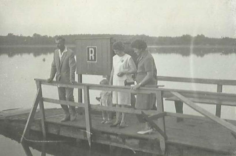 1960 rok w Antoninie na pomoście. Z lewej strony Pan Leszek Borowicz, w środku j..., stare zdjęcia -