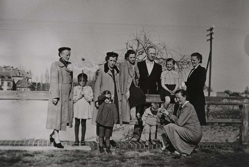 """Piękna, rodzinna fotografia z lat pięćdziesiątych, ze spaceru po """"autostradzie"""",..., stare zdjęcia -"""