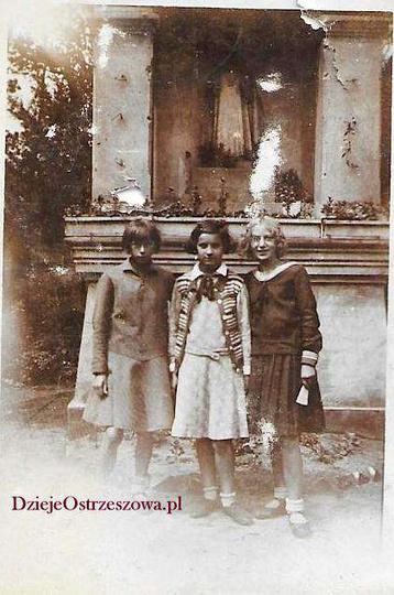Lata trzydzieste, kapliczka z Dzieciątkiem Jezus z początku XX wieku, na placu z..., stare zdjęcia -