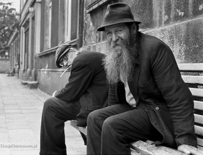 Rok 1972, ulica Poprzeczna. Na ławce siedzi Franciszek Mazurkiewicz (1904-1982),..., stare zdjęcia -