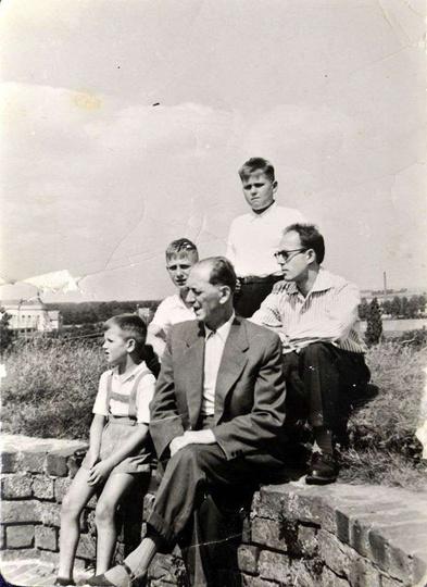 Rok 1960, pamiątkowe zdjęcie na szczycie ostrzeszowskiej baszty zrobili sobie br... -