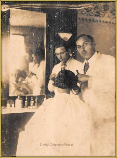 Lata trzydzieste. Zakład fryzjerski Jana Kocerki znajdował się w lokalu kamienic..., stare zdjęcia -