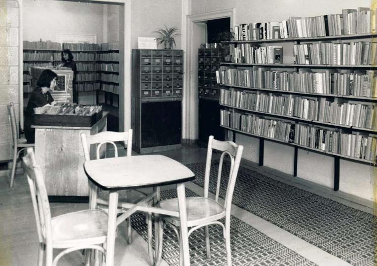 Powiatowa i Miejska Biblioteka w Ostrzeszowie a latach 1965-69 zajmowała pomiesz..., stare zdjęcia -