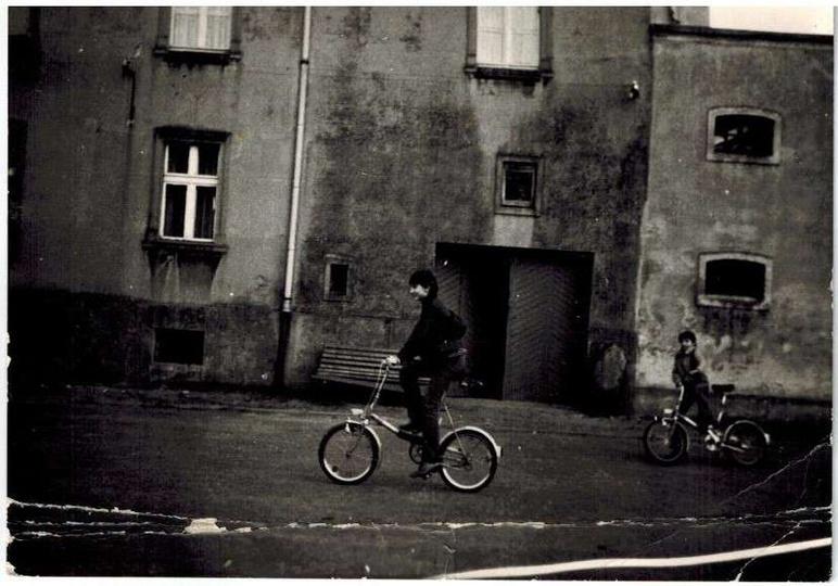 Plac Stawek, koniec lat siedemdziesiątych. Składakiem śmiga Darek Grzesik, które..., stare zdjęcia -