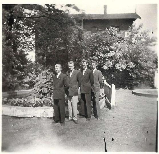 Lata pięćdziesiąte, ogródek z fontanną przy ulicy Dworcowej, obok wieży ciśnień...., stare zdjęcia -