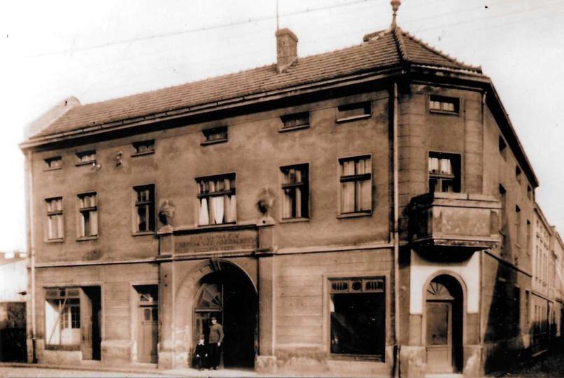 Rok 1956,kamienica przy ulicy Targowej 4. W bramie stoi właściciel budynku Szcze..., stare zdjęcia -