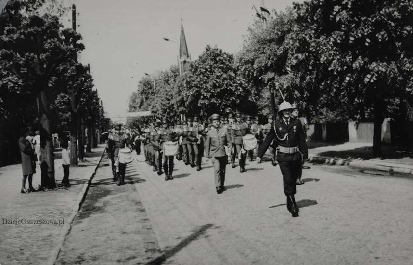 OSP Ostrzeszów. Rok 1976, ulica Boh. Stalingradu (Zamkowa). Obchody 100-lecia O..., stare zdjęcia -