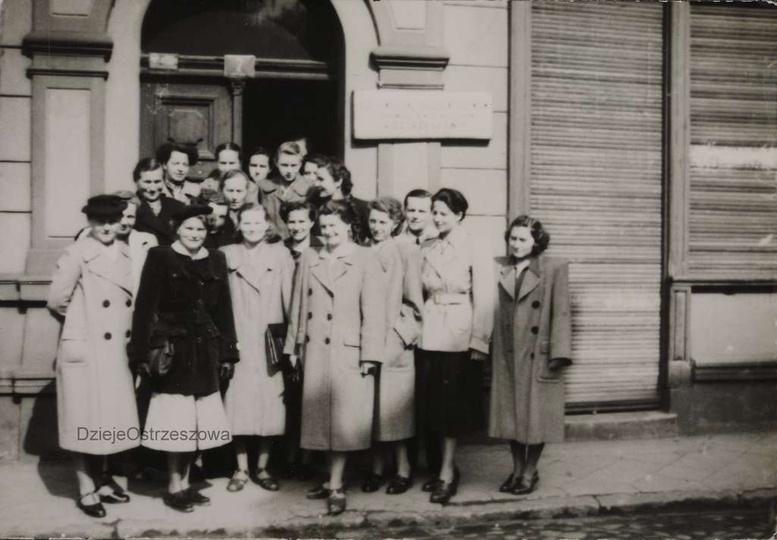 """Lata pięćdziesiąte, pracownicy PSS """"Społem"""" przed kamienicą na ulicy Powstańców ..., stare zdjęcia -"""