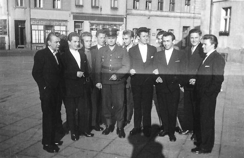 Chłopaki do wzięcia. Ostrzeszowski rynek rok 1959. Stoją od lewej: Marian Cyb..., stare zdjęcia -