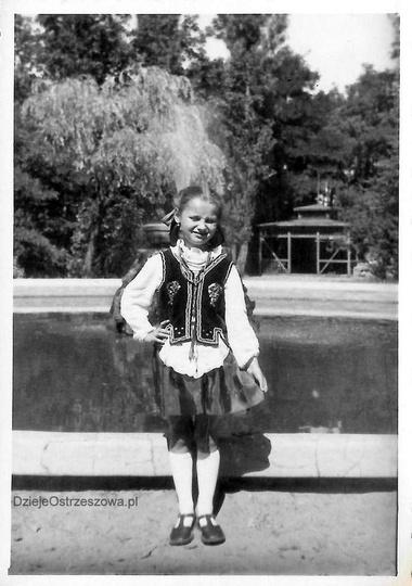 Wczesne lata pięćdziesiąte, w parku miejskim, na tle fontanny, do zdjęcia w stro..., stare zdjęcia -