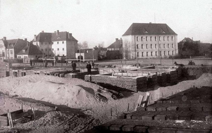 Rok 1926, budowa szkoły powszechnej. Patrząc od prawej strony widzimy: gmach sąd..., stare zdjęcia -