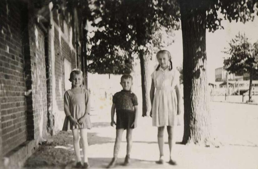 Koniec lat pięćdziesiątych, ulica Piastowska. Po lewej tzw Sala Hendrykowskiego ..., stare zdjęcia -