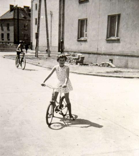 Osiedle M. Nowotki (Zamkowe) Rok 1967, bloki 3 i 4 w głębi blok nr 9, na rowerk..., stare zdjęcia -