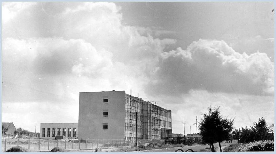 """Budowa """"Tysiąclatki"""" czyli Szkoły Podstawowej nr 1. Uroczystość otwarcia szkoły ..., stare zdjęcia -"""