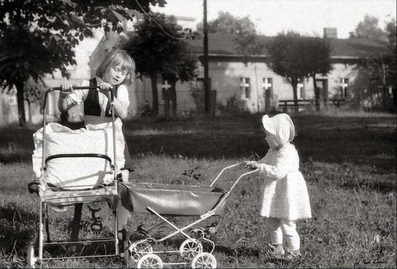 Rok 1986, Kasia z ciocią Basią na łące przed figurą Matki Boskiej. Widoczny dom ..., stare zdjęcia -