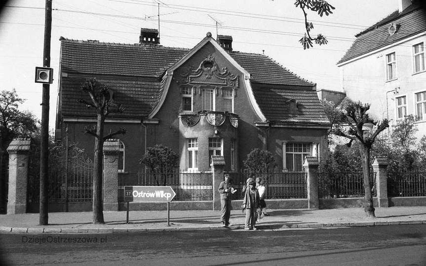 Rok 1983, willa przy ulicy Boh. Stalingradu 15 (Zamkowa), po lewej była ulica Zi..., stare zdjęcia -