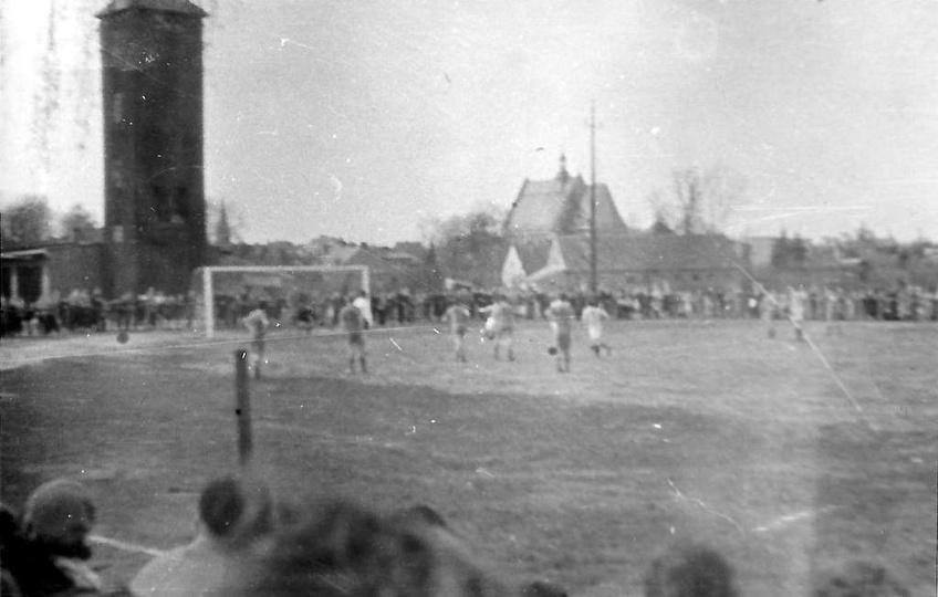 Lata pięćdziesiąte, mecz piłkarski na boisku przy gazowni. Widoczna drewniana wi..., stare zdjęcia -
