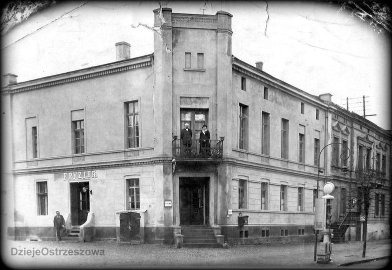 Lata trzydzieste, kamienica przy ulicy Zamkowej 5 (naprzeciwko baszty). Na balko..., stare zdjęcia -