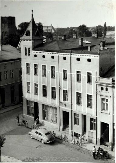 Rok 1960, widok na kamienicę z restauracją Ratuszowa ,dobrze widoczna również ba..., stare zdjęcia -