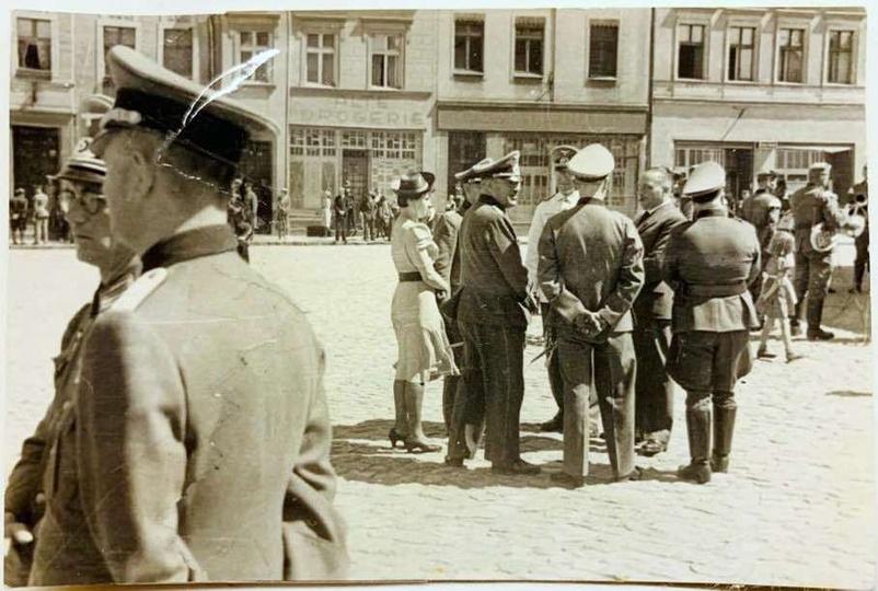 Oficerowie wojsk niemieckich na Rynku. Okres okupacji.  Zdjecie ze zbiorów pr..., stare zdjęcia -