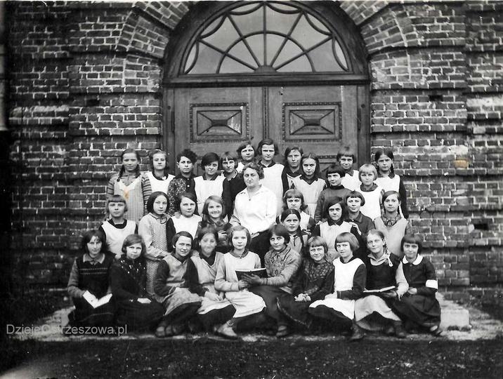 Ok. 1932 roku, przed Publiczną Szkołą Powszechną w Ostrzeszowie (Szkoła Podstawo..., stare zdjęcia -