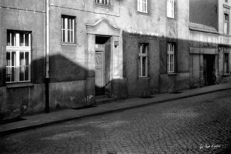 Rok 1976, kamienica przy ulicy Sienkiewicza 1. Widoczne miejsce po oknie wystawo..., stare zdjęcia -