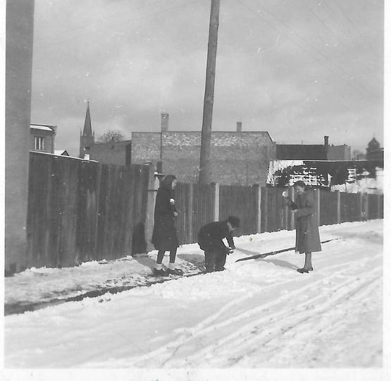 Lata pięćdziesiąte, przysypana śniegiem ulica Ogrodowa obecnie Daszyńskiego. W t..., stare zdjęcia -