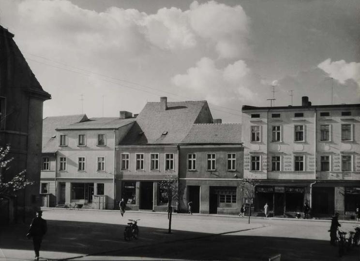 Rynek w Ostrzeszowie, prawdopodobnie lata sześćdziesiąte. W kamienicy po lewej, ..., stare zdjęcia -