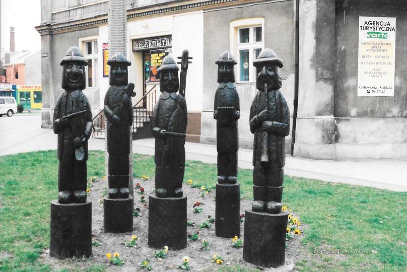 Rok ok.2000, skwer na styku ulicy Strumykowej i Zamkowej. Autorem rzeźby Ostrzes..., stare zdjęcia -