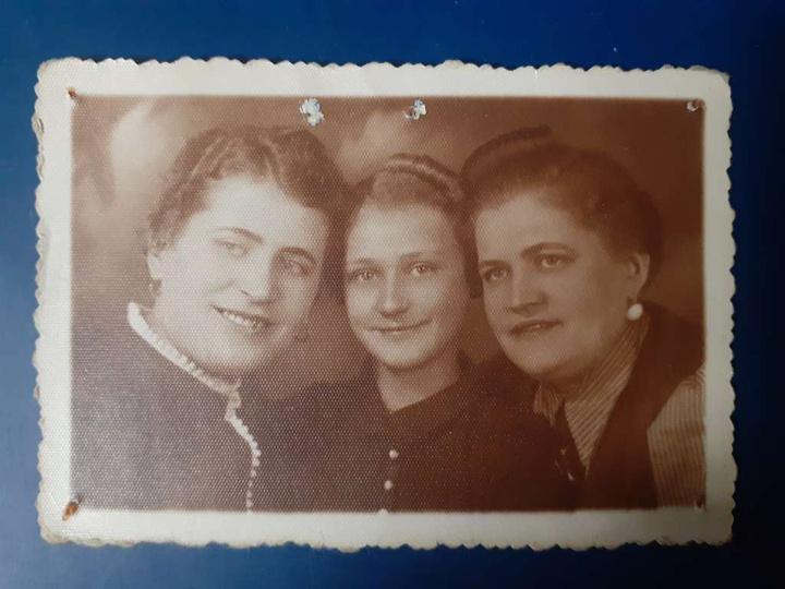 Zofia Frykowska, żona Antoniego Frykowskiego z córką i siostrą. Fotografia powoj..., stare zdjęcia -