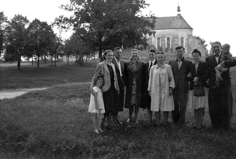 Zdjęcie z lat ok. 1946-48. klasztor jeszcze nieogrodzony i przed remontem. Stoją... -