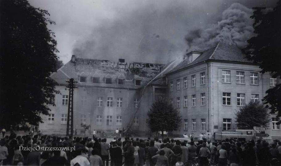 27 lipca 1963 roku, płonie dach Szkoły Drzewnej., stare zdjęcia -
