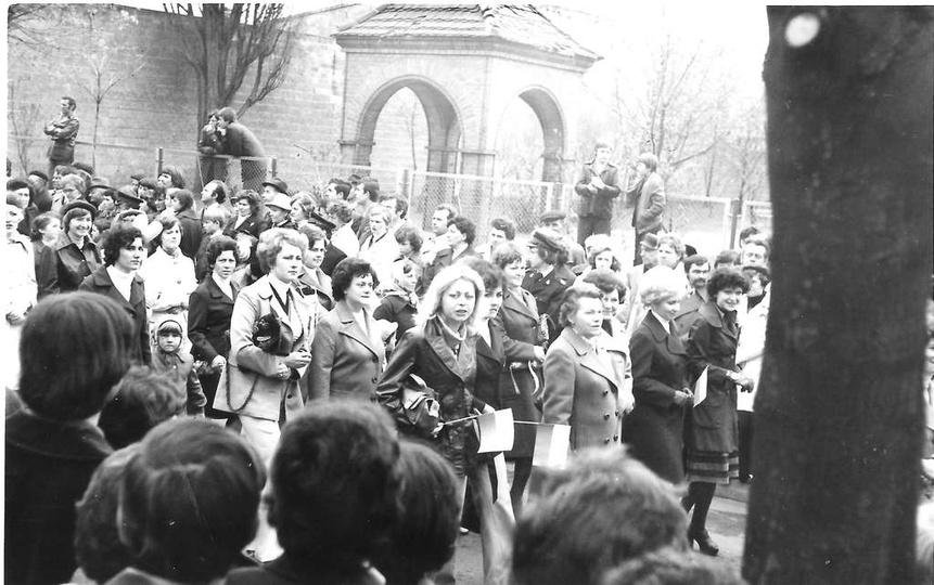 1 maja 1976 roku, ulicą Piastowską przy Szkole Podstawowej nr 2, maszerują praco..., stare zdjęcia -