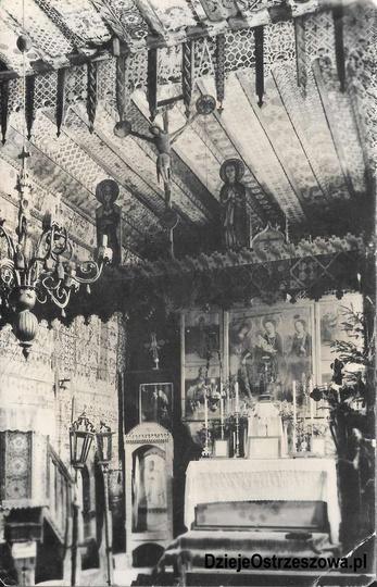 Jest to jedyne znane zdjęcie przedstawiające wnętrze i ołtarz kościoła Świętej A... -