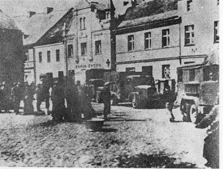 1 września 1939 roku, kolumna wojsk niemieckich przejeżdża przez Ostrzeszów., stare zdjęcia -