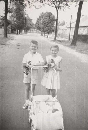 Początek lat sześćdziesiątych, ulica Sikorskiego po lewej widoczne ogrodzenie rz..., stare zdjęcia -